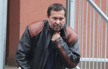 Takhle už to dál nejde! Otec Jiřího Pomeje (53) a jeho mecenáš Pavel Pásek (51) už se nemohou dál dívat na to, jak to jde s hercem a dabérem po rozchodu s manželkou Andreou (30) z kopce.