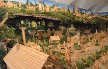 Přestože do Štědrého dne zbývá ještě 37 dnů, slavnostní atmosféra Vánoc se už nyní rozhostila v čtyřtisícové Třešti na Jihlavsku. A to možná až v 60 rodinách. Ve všech totiž už staví betlémy.