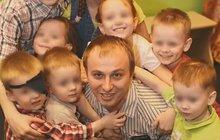 Ivan Sukhov celý život touží po velké rodině. Chtěl by se stát otcem padesáti dětí a to pochopitelně jedna žena nezvládne. Koficiální manželce tak zatím přibyly další dvě ženy. Právoplatné manželce nezbývalo než souhlasit.