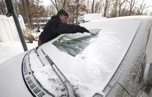 Česko se přes víkend zbarvilo do bílé. V nížinách sníh sice hned roztál, na horách se ale udržel. Mrznout a sněžit by podle meteorologů mělo celý týden. V noci naměříme až -3 stupně.