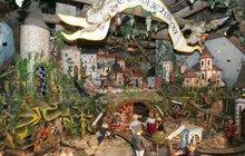 <strong>Může být zlipového dřeva, keramický, papírový, zvosku, perleti i spousty dalších často velmi nevšedních materiálů. Řeč je o betlému, který již dlouhá staletí neodmyslitelně patří knejvýznamnějším symbolům Vánoc. V Čechách představili betlém poprvé vroce 1560 jezuité vPraze a odtud se rozšířil ido ostatních kostelů. Nyní, včase adventním, můžeme vyobrazení scény Ježíšova narození spatřit ve specializovaných muzeích betlémů, ale rovněž na mnoha aktuálních výstavách. </strong>