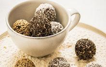 <strong>POTŘEBUJETE:</strong>15 datlí150 g kešu1 ½ lžíce kakaa2 lžíce kokosového olejesůl