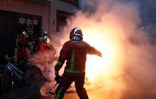 Přes 136 tisíc demonstrantů v ulicích, na 1720 zadržených a více než 70 zraněných. Tak to o víkendu vypadalo ve Francii, kde se tzv. žluté vesty znovu vydaly protestovat proti zvyšování daní na pohonné hmoty.