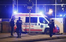 """Vánoční atmosféru alsaské metropole pročísly výstřely. Vyhasly tři životy. Dalších dvanáct lidí Chekatt Cherif (29), pravděpodobný pachatel, postřelil. A nebezpečí i nadále svírá Štrasburk. Ač byl totiž muž, který křičel """"Alláhu akbar"""" zraněn, policii včera do uzávěrky tohoto vydání unikal!"""