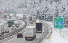 Zoufalství, bezmoc a dlouhé hodiny strávené v kolonách. To čekalo řidiče poté, co dálnice D1 kvůli sněhu na Vysočině ve středu kompletně zkolabovala. Radek Bach (45) jel trasu z Prahy do Brna šest hodin. A jiní řidiči dopadli ještě hůř!