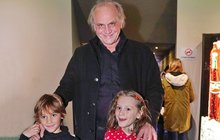 Když se Michaelovi Kocábovi (64) sejdou doma všechny jeho děti a vnoučata, je to pořádný humbuk. Obzvlášť pak, když jeho syn David (7) je skoro stejně starý s vnučkou Miou (6), jejíž maminka je Natálie Kocábová (34).