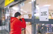 Už dva roky se svátky v Česku dělí na ty, kdy je ve velkých obchodech zavřeno, a kdy otevřeno. Ale zákazníci v tom mají pořád »hokej«. Tak tedy: na Štědrý den si nakoupíte do 12 hodin, další dva dny budete bušit na brány řetězců marně. A tak to přes snahu některých poslanců asi ještě dlouho zůstane. Podívejte se s Aha!, koho zákaz prodeje štve, kdy nenakoupíte, na co si dát pozor a který typ obchodu to s vámi myslí nejlépe...