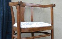 """<strong>Židle s polstrovaným sedákem a tmavě hnědým dřevem oslovila Martinu Krumphanslovou už svým tvarem. Další hodnota pro ni, jako milovnici starého poctivého nábytku a řemesla, byla nevyčíslitelná. Thonetka si designérku prostě opět získala na první pohled! """"Hned jsem věděla, že jí kabátek ve stylu francouzské elegance a šarmu bude slušet. Na renovaci sedáku jsem použila kultovní látku s historickými motivem Toile de Jouy (či tual de žui – pozn. red.) a stará židle po renovaci opět ožila! Jsem ráda, že jsem jí mohla vrátit zpět do života,"""" poznamenala Martina. Jakou proměnou tedy thonetka prošla?</strong>"""