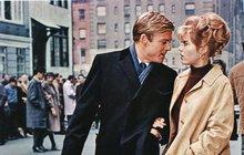 <strong>Po jeho modrých očích, pohledné tváři a mužné hrudi ženy šílely. Robert Redford (82) byl nepochybně zejména na přelomu 60. a 70. let nejen sexsymbolem, ale také filmovou ikonou. O charismatickém Američanovi jeho kolegyně včetně Jane Fondové (80) tvrdí, že byl tím nejlepším hereckým partnerem, a to zejména vpostelových scénách. Jenže ne vždy ležel Redfordovi svět u nohou. Když přišel o milovanou matku, útěchu hledal vpití. Svůj žal odjel léčit do Evropy, kde se málem ukouřil ksmrti. Musel se také vyrovnat svelkou rodinnou tragédií, když svého desetitýdenního syna našel mrtvého vpostýlce… </strong>