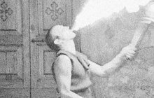 Rvačku s potulným komediantem Josefem R., k níž došlo téhož dne v nedalekém lese, oznámili 5. ledna 1896 četníkům v Pacově na Pelhřimovsku Hynek R. (33) a Eduard R. (15). Museli se prý bránit, proto Hynek párkrát udeřil Josefa sukovicí a Eduard ho bodl nožem do hrudi.