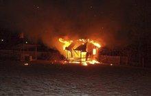 Při tragédii zemřel chlapec (†13): Kamarád (15) polonahý utekl z hořící chaty