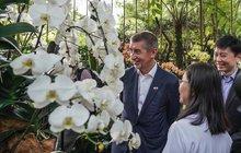 Babiš na cestě po Asii: Obdivoval svou orchidej, Monice ale nosí bílé růže