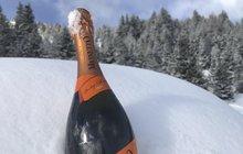 Hned zkraje si musíme vyjasnit jednu věc. Na sjezdovce by se pít rozhodně nemělo, a pokud byste se stali viníky kolize, pojišťovna za vás škodu neuhradí. Takže všechny tyhle kouzelné nápoje na horách ano, ale až když odložíte lyže.