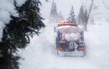 Sněží už jen mírně a silnice jsou průjezdné. Na většině území sníh pomalu odtává, protože teploty jsou nad nulou. Projet se už dá i Božím Darem.