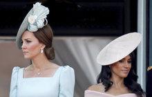 I když Kensingtonský palác neustále popírá, že by vztahy mezi Kate (37) a Meghan (37) byly vyhrocené, na veřejnost přesto unikají nové a nové informace, které zákulisní klevety o tom, jak jedna vévodkyně nemůže vystát druhou, a jak špatně to snáší oba princové, jenom posilují. Dokládají to ale i fakta!
