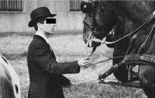 Honičky s nezodpovědnými řidiči se neobjevily až s rozvojem automobilismu. Muži zákona kontrolovali v minulosti i kočí a ti někdy místo předložení legitimace práskli do koní. Tak jako to udělal Antonín K. 12. dubna 1928 na pražském Žižkově.