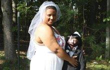 Bizarní svatba Američanky: Provdala se za zombie panáka