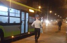 Zamknul pasažéry v autobuse a... Běžel pro chlast!