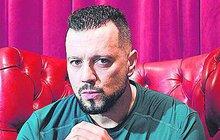 Moderátor Divošek na Primě Michal Kavalčík (43) už zase naskočil v Divadle Broadway do muzikálu Trhák jako herec Antonín Líbal. A rozhodl se, že v hledišti divadla začne svého malého Davea (7 měsíců) otužovat na veřejnosti.