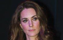 Kate praskne závistí? Královna a Meghan ji potopily!