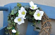 Probouzející se příroda nabízí spoustu inspirace. Taková čemeřice mezi krasavice jarních zahrad a jako jedna z mála kvete mnohokrát již na sklonku zimy. Upozorňuje na sebe svou nevšední krásou. A právě tou se nechala inspirovat designérka Martina Krumphanslová, a vpodobě látkových květů ji zakomponovala do jarního věnce.