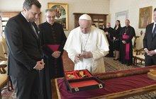 Čím poctít papeže? Přece archivní slivovicí! Jako hrdý Moravák se tím řídil šéf Sněmovny Radek Vondráček (45, ANO), který měl u hlavy katolické církve včera audienci společně s šéfem slovenského parlamentu Andrejem Dankem (44, SNS).