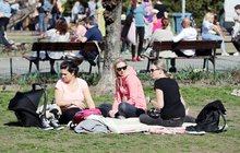 Aprílové počasí úřaduje: O víkendu na deštník i sluneční brýle