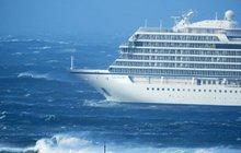 Nouzová evakuace stovek lidí vrtulníky za zuřící bouřky: Obří výletní loď mířila na útesy!