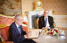 Zeman u rakouského prezidenta: Obul se do dárku