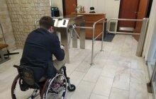 Kandidáta do eurovoleb nepustili na ministerstvo vnitra: Vozíčkářům vstup zakázán!