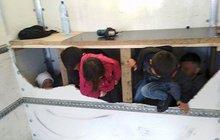 13 migrantů  za přepážkou v dodávce