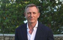 Nechal se přemlouvat, ale nakonec se Daniel Craig (51) jako James Bond na filmová plátna ještě jednou vrátí. Natáčení nového filmu pro něj ale nezačalo zrovna zvese- la. Luxusní sporťáky, typické pro agenta s povolením zabíjet, totiž vyměnil za méně pohodlný džíp Land Rover.