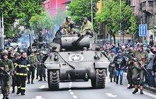 Splnili přání americkému veteránovi: Po 74 letech opět projel Plzní na tanku