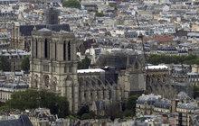 Notre-Dame  sfoukne i vítr!