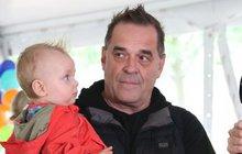 11měsíční syn herce Miroslava Etzlera: Táto, koukej, mám větší číro než ty