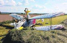 Historický dvojplošník skončil v seně: Pilotka nezvládla přistání
