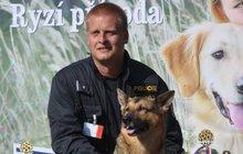 Do služby policie nastoupila ve svých deseti měsících. Od té doby se psí fenka německého ovčáka stala specialistkou na vyhledávání výbušnin a skvělou parťačkou. Kety (†14), mistryně republiky z roku 2011, odešla do nebe.