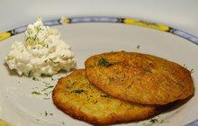 POTŘEBUJETE:250 g brambor250 g cukety4 a ½ lžíce ovesných vloček1 vejce2 lžíce hladké mouky2 stroužky česnekumajoránkusádlo nebo olej na smažení