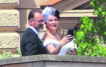 Takhle jsme jí ještě neviděli! Návrhářka Taťána Kovaříková (52), která na sebe přes desítky let nevzala nic jiného než černou, se vynořila na terase luxusnějšího hotelu v bílé svatební róbě a řekla své »ano« příteli Petrovi.