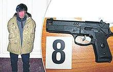 Šest let vězení a psychiatrická léčba! To je trest pro narkomana Jakuba S. (25). Ten v Praze hrozil prodavačce v obchodě maketou pistole, znásilnil ji, a ještě jí ukradl boty.