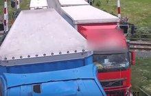 Hazardér s kamionem: Předjížděl na přejezdu