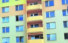 Matka (27), která loni v listopadu vyskočila se svým dítětem z okna ve 4. patře paneláku na sídlišti v Českých Budějovicích, byla nyní obviněna z vraždy.
