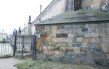 Neznámý fantom odstranil graffiti z Karlova mostu: Restaurátorovi za zády!