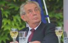 Prezident Zeman na Země živitelka: Z vrtulníku přesedlal do golfového vozíku!