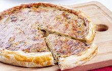 <strong>POTŘEBUJETE:</strong>1 listové těsto40 g másla zLa Formaggeria Gran Moravia50 g mouky250 ml mléka200 g nastrouhaného sýru Gran Moravia2 vejce150 g hříbkůsůl<strong></strong>