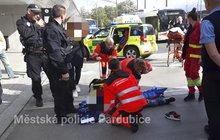 Chlapce (12) přejel trolejbus: Rána do hlavy, dvakrát přejetá noha