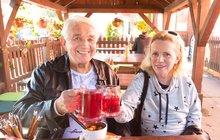 Konečně obrat k lepšímu! Odvykací boj Hanky Krampolové (58) spěje do poslední třetiny a manžel Jiří Krampol (81) si nemůže vynachválit její pokroky. Zdá se mu, jako by omládla o pět let a po společně stráveném víkendu už plánují další výlety.