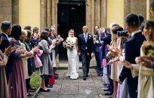 Když si báječnou ženskou vezme báječnej chlap. Tak to si o víkendu mohl zazpívat ministr zdravotnictví Adam Vojtěch (33, ANO). Rozhodl se totiž skočit do manželství a vzal si svoji partnerku Olgu Píšovou (34).