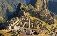 Fascinující, dechberoucí, kouzelné... Tak nejčastěji hodnotí návštěvu citadely Machu Picchu ti, kterým se poštěstí ji spatřit. Zinckého města, které se nachází vnadmořské výšce 2430 metrů, dnes sice zbyly jen ruiny. I tak ale turisty a archeology dodnes udivují stavební detaily i dosud nerozpletený příběh, který místo obestírá. Pojďme se vydat mezi špičaté vrcholky peruánských And, kde se ono dávné vyprávění začalo…