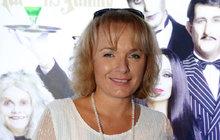 Brzy uplyne už rok od posledních Vánoc, které herečka Bára Munzarová (47) trávila ještě soběma vážně nemocnými rodiči, Janou Hlaváčovou (81) a Luďkem Munzarem (+85). Krátce po nich, 26. ledna, její tatínek zemřel. Doma vmodřanské vile, obklopen rodinou a láskou. Péči dcery si dnes užívá aspoň maminka Jana Hlaváčová (81), která už delší dobu kvůli zdravotním problémům nevychází z domu. Báře pomáhají její blízcí a také pečovatelky. Přesto je těžké smířit se stím, že letos bude táta u stromečku chybět. Vzpomínky na společně prožité chvíle se včase adventním vracejí sještě větší intenzitou…